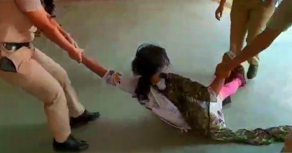 महिला को घसीट कर पुलिस स्टेशन ले जाया गया।