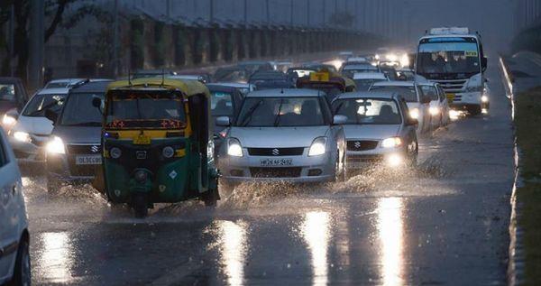 दिल्ली में रविवार शाम को हुई बारिश के बाद सड़कों पर पानी जमा हो गया।