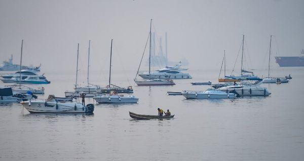 अरब सागर में मछली पकड़ने के जाते हुए स्थानीय मछुआरों का एक समूह।