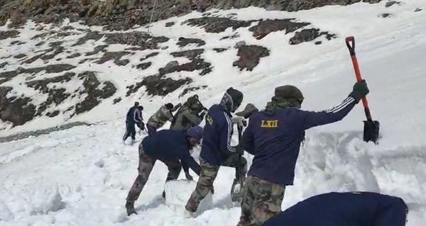 सेना के जवान 20 से 25 दिनों तक बर्फ हटाने का काम करते है