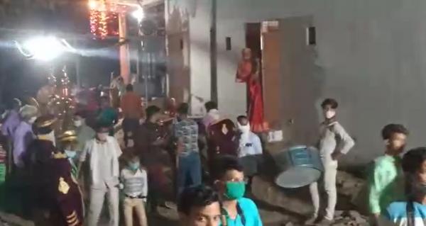 पुलिस और प्रशासन की टीम पहुंचते ही शादी में भगदड़ सी मच गई। बैंड-बाजा वाले की दुकान सील कर दी गई है।