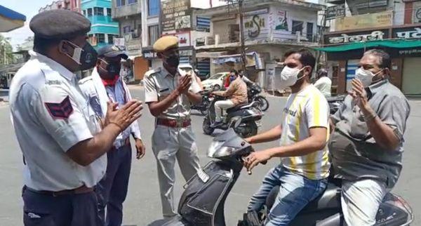 बांसवाड़ा में पुलिस सख्ती के बजाय हाथ जोड़कर कह रही है कि घर में रहो।