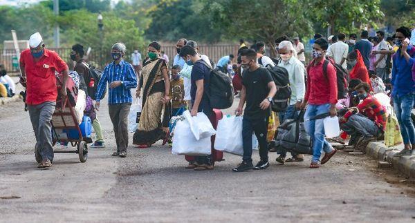 LTT स्टेशन के बाहर की तस्वीर। घर लौटने वाले ज्यादातर लोग उत्तर प्रदेश और बिहार के रहने वाले हैं।