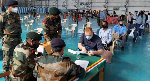 क्रमबद्ध तरीके से अमेरिकी सैनिकों ने अपना परिचय व कागजात भारतीय दल को सौंपे।