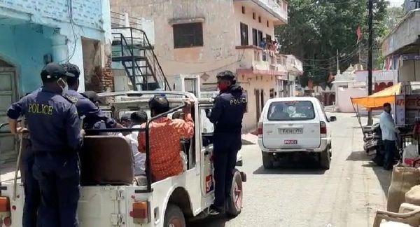 कार्रवाई के बाद लोगों को जीप में बैठाकर साथ ले जाती पुलिस।