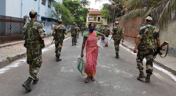 चुनाव से एक दिन पहले उत्तर 24 परगना के बिधाननगर निर्वाचन क्षेत्र में गश्त करते केंद्रीय सुरक्षाकर्मी।