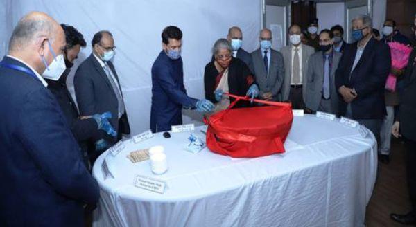 शनिवार को नॉर्थ ब्लॉक में आयोजित हलवा सेरेमनी में मौजूद वित्त मंत्री निर्मला सीतारमण, वित्त राज्यमंत्री अनुराग ठाकुर और वित्त मंत्रालय के अधिकारी।