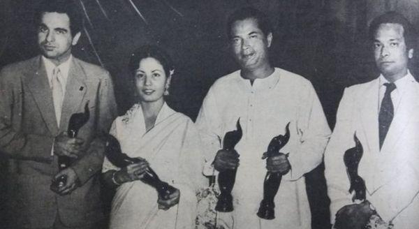 आज ही के दिन 1954 में पहली बार फिल्मफेयर अवॉर्ड दिए गए। बेस्ट एक्टर दिलीप कुमार, बेस्ट एक्ट्रेस मीना कुमारी, बेस्ट डायरेक्टर बिमल रॉय और बेस्ट म्यूजिक डायरेक्टर नौशाद।(बाएं से दाएं)