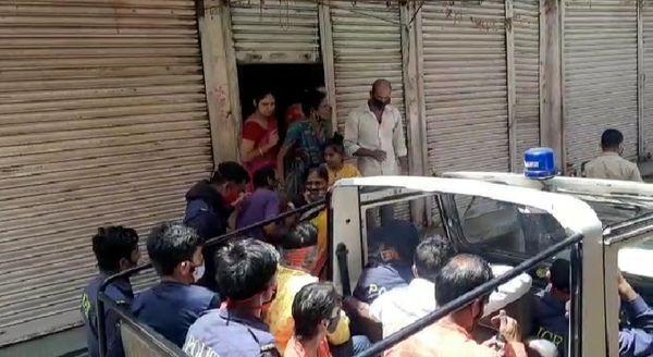 भीतरी बाजार में दुकान के बाहर कार्रवाई में बीच बचाव करने आई महिलाएं।