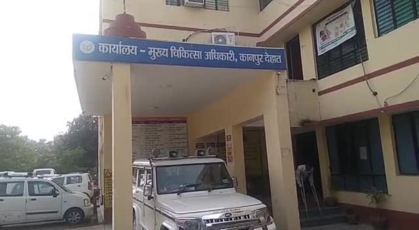Kanpur's CMHO has banned the keeping of employees' mobiles at the vaccination center.