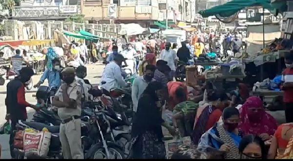 पाला क्षेत्र में फुटपाथ पर बैठे सब्जी विक्रेताओं के पास मौजूद भीड़।