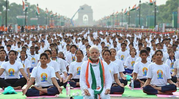 पहला विश्व योग दिवस 21 जून 2015 को मनाया गया। तब राजपथ पर पीएम के साथ 35,985 लोगों ने एक साथ 35 मिनट तक तकरीबन 21 प्रकार के अलग-अलग योगासन किए थे।