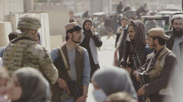 एयरपोर्ट के बाहर तालिबान और अमेरिकी सेना के जवान एक साथ गश्त कर रहे हैं।