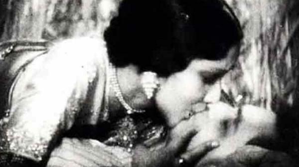 દેવિકા રાણીની 1933માં આવેલી ફિલ્મ 'કર્મા'માં પતિ હિમાંશુ રાય સાથેની આ ચાર મિનિટ લાંબી કિસથી ત્યારે અનેક લોકોનાં ભવાં ચડી ગયેલાં