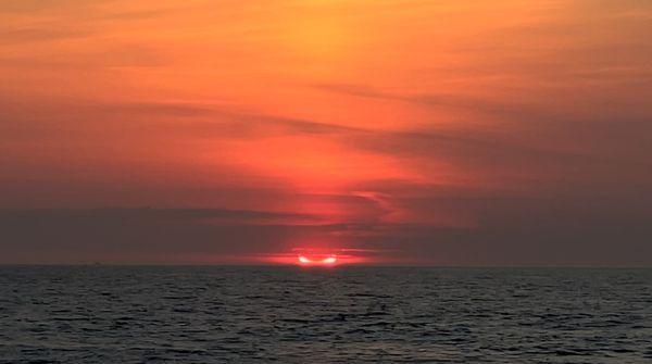 न्यू जर्सी, यूएसए में समुद्र के ऊपर एक शानदार सूर्य ग्रहण