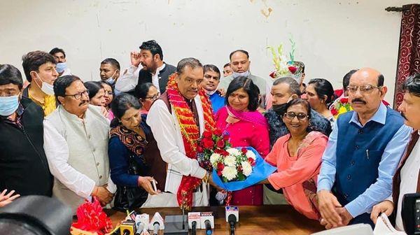 राष्ट्रीय SC कमीशन के चेयरमैन विजय सांपला का स्वागत करते भाजपा नेता।