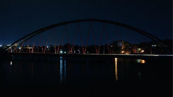 बारिश के बाद भोपाल का आर्चर ब्रिज अंधेरे में डूब गया।