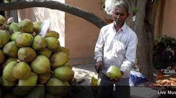 बाजार में बिक रहा नारियल।