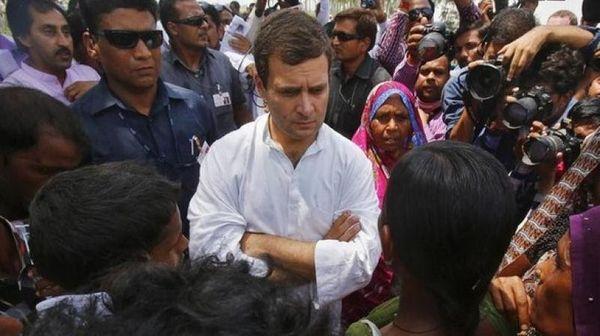 6 जून 2017 को मंदसौर में हुए गोलीकांड में मारे गए किसानों के परिजनों से मिलने पहुंचे कांग्रेस नेता राहुल गांधी।