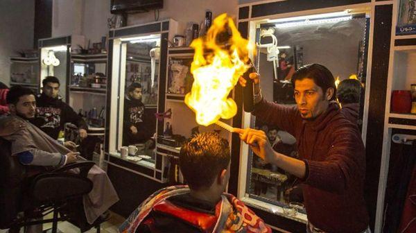 ઘણા પ્રોફેશનલ વાળંદ હેર કટિંગ અને સ્ટાઈલિંગમાં આગનો ઉપયોગ કરે છે