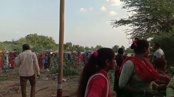 મહિલાઓ ઘરેથી નિવૈધ તૈયાર કરી ટોપલામાં મુકી ખેતરમાં પ્રયાણ