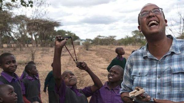 सीडबॉल केन्या के को-फाउंडर टेडी बच्चों के साथ मिलकर हरियाली वापस लाने में जुटे हैं।