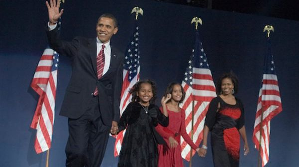 2008 में पहली बार प्रेसिडेंट बनने पर परिवार के साथ बराक ओबामा।