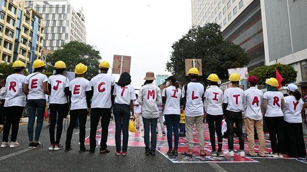 युवाओं ने भी राजधानी नेपीता में अपने कपड़ों पर रिजेक्ट मिलिट्री स्लोगन के साथ प्रदर्शन् किया।