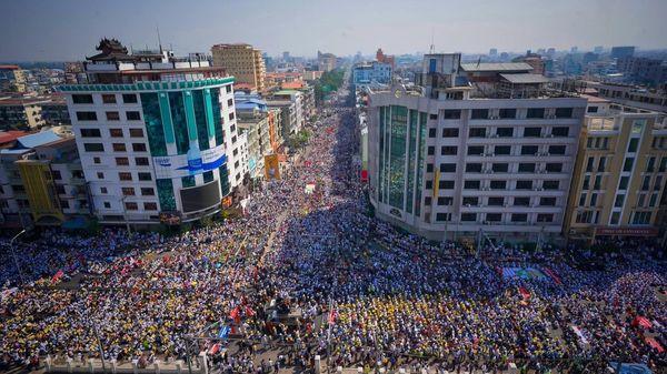यंगून में प्रदर्शनकारियों ने रैली की और देश में लाेकतंत्र की बहाली की मांग की।