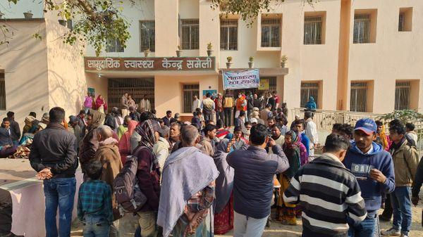 अस्पताल में इलाजरत घायलों को देखने उमड़ी लोगों की भीड़।