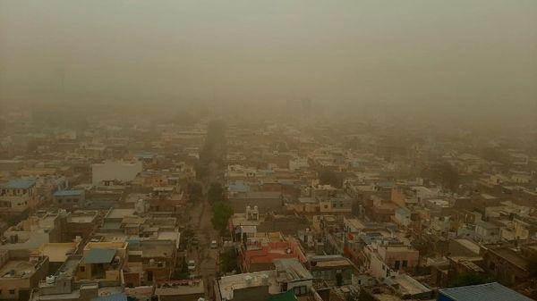 जोधपुर में चली आंधी के बाद छाया धूल का गुबार।