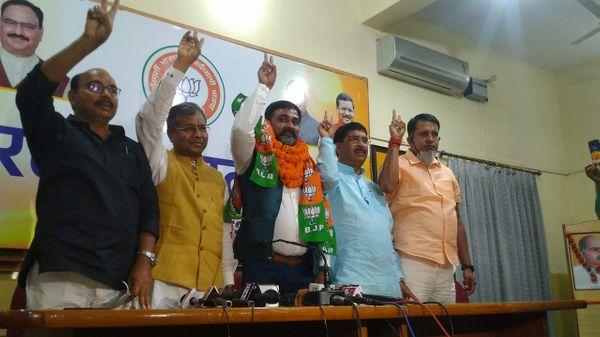 गंगा नारायण सिंह पार्टी के विधायक दल के नेता बाबू लाल मरांडी ने पार्टी की सदस्यता दिलाई।
