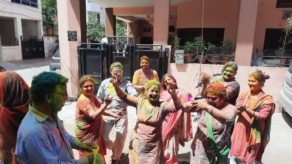 जयपुर के महेश नगर स्थित एक कॉलोनी होली पर डांस करते लोग।