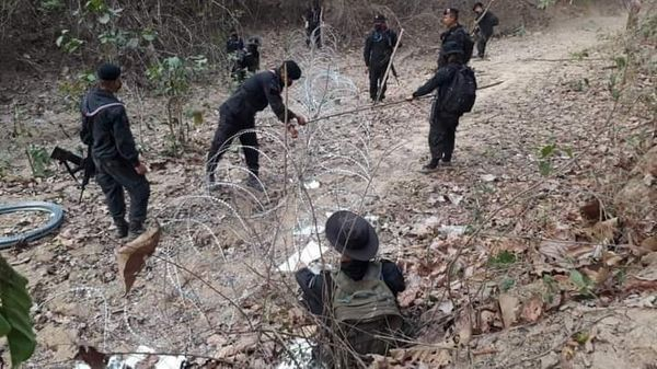 शनिवार को म्यांमार की आर्मी ने 114 लोगों की हत्या कर दी। इसके बाद बड़ी तादाद में प्रदर्शनकारी थाइलैंड में प्रवेश करने लिए, जिसे देखते हुए थाइलैंड की पुलिस ने बॉर्डर पर तार फेंसिंग शुरू कर दी।