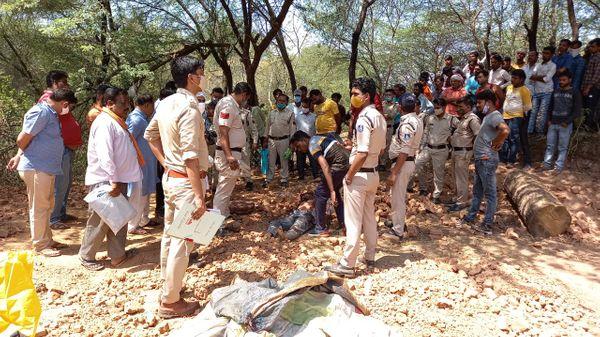 वारदात स्थल पर शव का पंचनामा कार्रवाई करते हुई पुलिस।