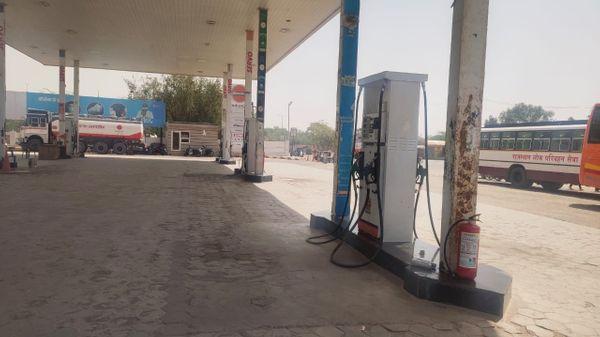 बीकानेर के जैसलमेर मार्ग पर बंद पड़ा एक पेट्रोल पंप।