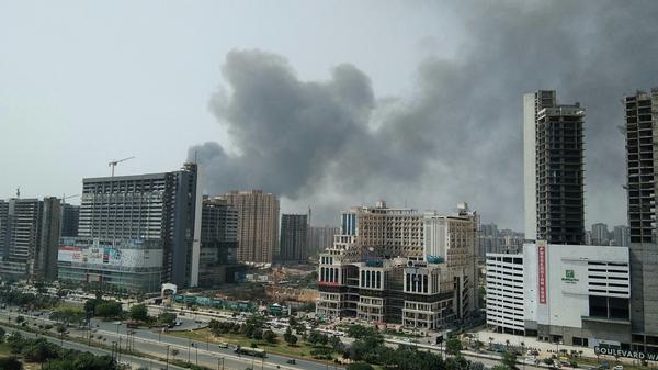 नोएडा के दूसरे इलाकों से भी आग के बाद फैला धुआं नजर आ रहा था।