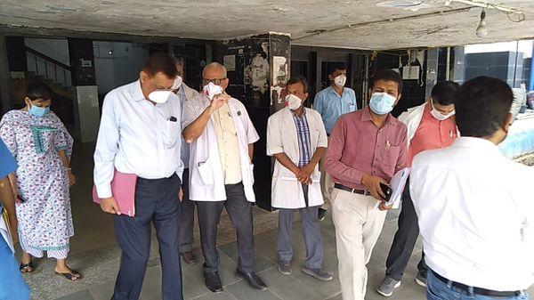 पड़ताल करने आई टीम ने NMCH में वेंटिलेटर से लेकर ICU और आक्सीजन वाले बेड की उपलब्धता का हाल जाना।