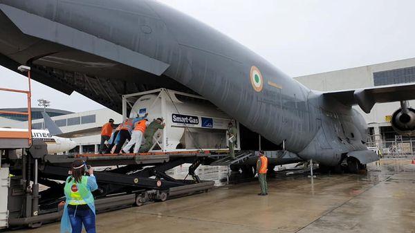 सिंगापुर के चांगी एयरपोर्ट से वायुसेना के C-17 विमान में ऑक्सीजन कॉन्संट्रेटर्स भारत भेजे गए।