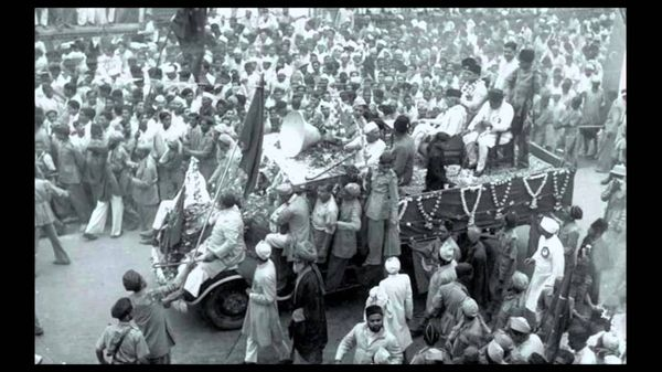 संयुक्त महाराष्ट्र आंदोलन का एक चित्र। इस दौरान महाराष्ट्र के कई हिस्सों में मराठीभाषियों का एक राज्य बनाने की मांग उठी थी।