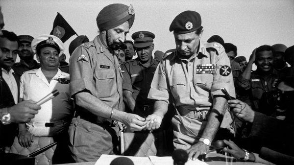 लेफ्टिनेंट जनरल जगजीत सिंह अरोड़ा (बाएं) का 1971 के भारत-पाकिस्तान युद्ध में महत्वपूर्ण योगदान था। उन्हें 'लिबरेटर ऑफ बांग्लादेश' भी कहा जाता है। उन्होंने ही युद्ध की योजना बनाई और उसे अंजाम तक पहुंचाया।