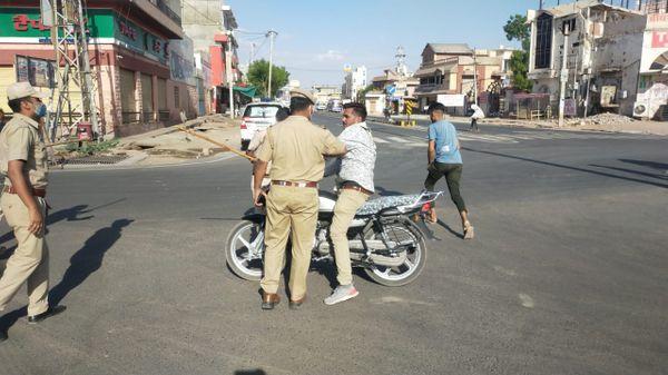 पुलिस कार्रवाई के दौरान।