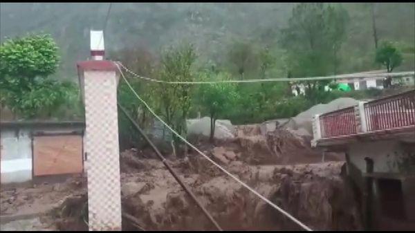 बादल फटने से पहाड़ी इलाके में बने घरों को काफी नुकसान हुआ है। (कुमराड़ा उत्तरकाशी)