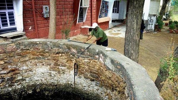 कुएं में से सांप को सुरक्षित बाहर निकलते वन्यजीव प्रेमी मनोज तिवारी।