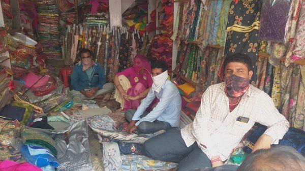 बालोतरा शहर में दुकान खोलकर बैठा दुकानदार