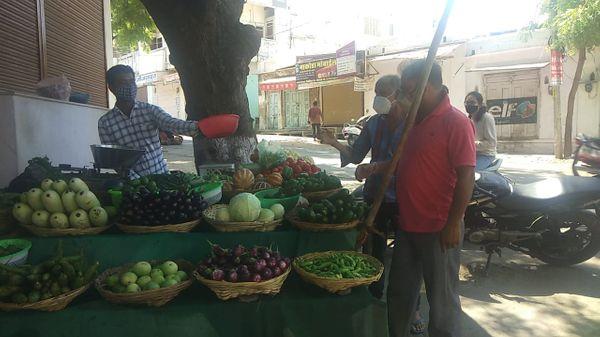 लॉकडाउन के बीच कस्टम क्षेत्र में हरी सब्जी बेचता विक्रेता।