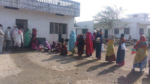 कटूम्बी गांव में लाॅकडाउन से भूखमरी के हालात हैं। लोगों को पता चला कि राशन का गेहूं बंटेगा तो लोग दुकान पर लाइन लगाकर इंतजार करने लगे।
