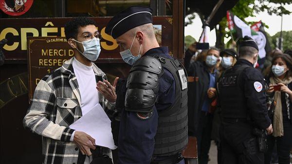 पैरिस में प्रदर्शनकारियों को फाइन लगाती फ्रांस की पुलिस।