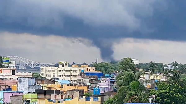 बंगाल के नैहाटी में यास तूफान के असर से तेज हवाओं के बीच बवंडर भी देखा गया।