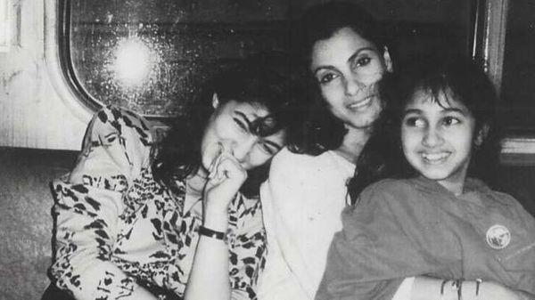 डिंपल के साथ बेटी ट्विंकल खन्ना और सिंपल खन्ना।